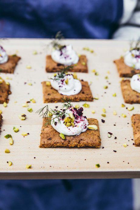 05-CAROUSS-Crackers-chevre-frais-pistache-et-poudre-de-betterave-4