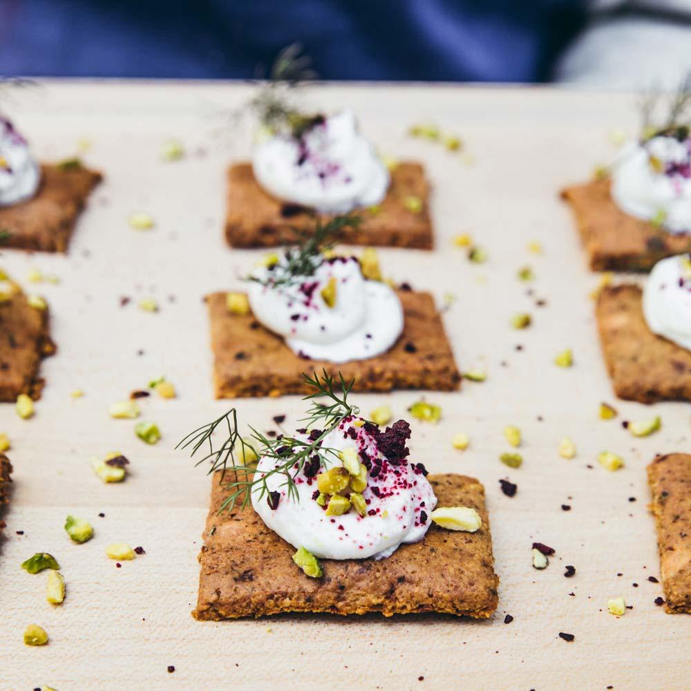 05-CAROUSS-Crackers-chevre-frais-pistache-et-poudre-de-betterave-4-mobile